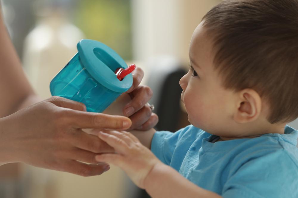 Неразливащата се чаша Tommee Tippee Free Flow First Cup е идеална за бебетата, със своите лесни за хващане дръжки и отмятащо се хигиенично капаче